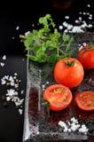 Stycken av den nya tomaten på det svarta magasinet Royaltyfri Fotografi