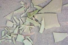 Stycken av det brutna plast- arket på jordning royaltyfri bild