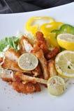 Stycken av djupa Fried Chicken med ny limefrukt Royaltyfria Foton