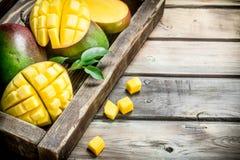 Stycken av doftande mango i magasinet royaltyfri bild