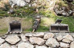Stycken av en gräva maskin Arkivfoton