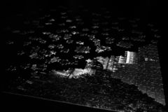 Stycken av ett pussel i svartvitt arkivfoto