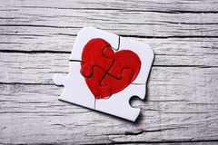 Stycken av ett pussel som bildar en hjärta Arkivfoton