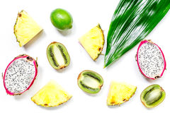 Stycken av exotiska frukter Dragonfruit, ananas och kiwi på bästa sikt för vit bakgrund Royaltyfri Fotografi