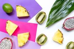 Stycken av exotiska frukter Dragonfruit, ananas och kiwi på bästa sikt för vit bakgrund Arkivfoton