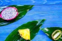 Stycken av exotiska frukter Dragonfruit, ananas och kiwi på blå träcopyspace för bästa sikt för bakgrund Royaltyfria Foton
