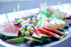Stycken av frukt på en platta Fotografering för Bildbyråer