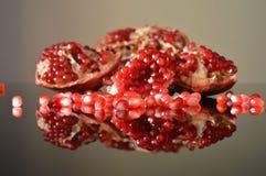 Stycken av granatäpplet reflekterade i exponeringsglaset royaltyfri bild