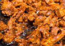 Stycken av griskött huggit av stekt aptitretande köttpopcorn fastar lunch arkivbild