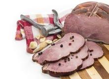 Stycken av griskött på en skärbräda. Royaltyfria Foton