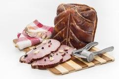 Stycken av griskött på en skärbräda Royaltyfri Foto
