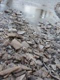 Stycken av is i det smutsiga vattnet Royaltyfria Bilder