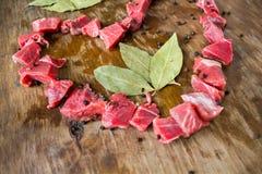 Stycken av kött i formhjärtan fotografering för bildbyråer