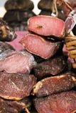Stycken av kött på en marknad Arkivbild