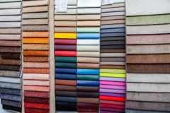 Stycken av läder- och textilmaterial för inre klippning och möblemang som gör till exempel i katalogen av olika färger för arkivfoto