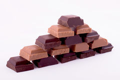 Stycken av mörker och mjölkar choklad Arkivbild
