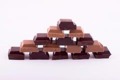 Stycken av mörker och mjölkar choklad Arkivfoto