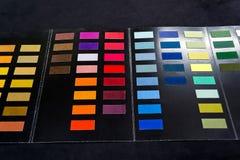 Stycken av mjukt textiltyg av olika färger som limmas till cet royaltyfri foto
