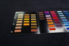 Stycken av mjukt textiltyg av olika färger som limmas till cet royaltyfri fotografi