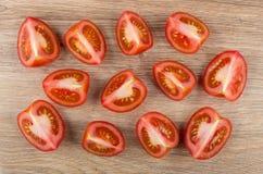 Stycken av mogna röda tomater på trätabellen Royaltyfri Bild