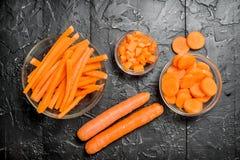Stycken av morötter på en bunke royaltyfri fotografi