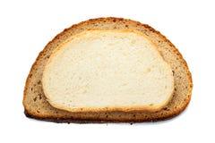 Stycken av olikt bröd som isoleras på vit bakgrund Arkivfoto