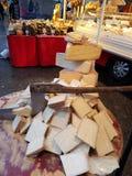 Stycken av ost på en träklipptabell och en special kniv-grymtning Royaltyfri Fotografi