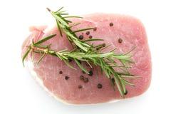 Stycken av rå grisköttbiff med kryddor och örtrosmarin Royaltyfria Foton