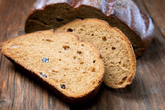 Stycken av rågbröd på en tabell Royaltyfri Fotografi