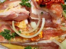 Stycken av rått grisköttkött, innan att laga mat Royaltyfri Bild