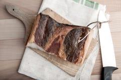 Stycken av rökt grisköttbacon Arkivfoton
