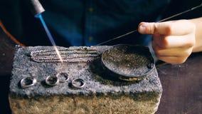 Stycken av silversmycken får fixade av guldsmeden stock video