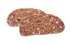 Stycken av smakligt nytt bröd på vit bakgrund royaltyfri foto