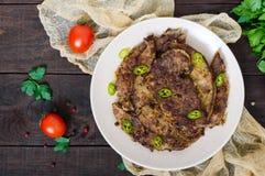 Stycken av stekt grisköttlever på en platta arkivfoton