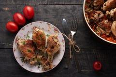 Stycken av stekt kyckling på en platta Royaltyfri Bild