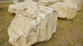 Stycken av stenen, forntida marmorkonstruktion fördärvar i utgrävningområde, historia arkivfilmer
