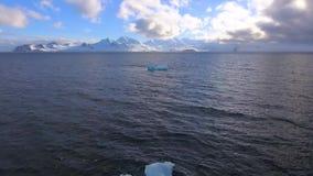 Stycken av is svävar av kusten Andreev arkivfilmer