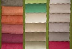 Stycken av textiltyg av olika färger Arkivfoto
