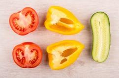Stycken av tomaten, söt peppar och gurkan på trätabellen Arkivfoton