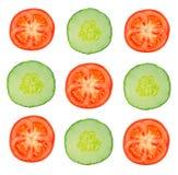 Stycken av tomater och gurkan på en vit bakgrund, skivacuc Royaltyfri Bild
