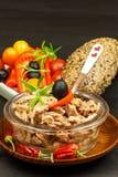 Stycken av tonfisk med grönsaker Preserved krossade tonfisk Grönsaker och fisk Sund mat för barn arkivfoto