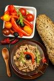 Stycken av tonfisk med grönsaker Preserved krossade tonfisk Grönsaker och fisk Sund mat för barn royaltyfri fotografi