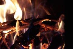 Stycken av träbränning i en spis royaltyfria bilder
