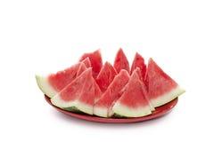 Stycken av vattenmelon på en isolerad platta Arkivbilder