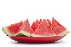 Stycken av vattenmelon på en isolerad platta Fotografering för Bildbyråer