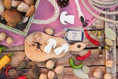 Stycken av vita champinjoner, peppar och kryddor Arkivfoto