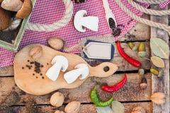 Stycken av vita champinjoner, peppar och kryddor Arkivfoton
