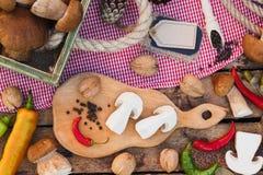 Stycken av vita champinjoner, peppar och kryddor Fotografering för Bildbyråer