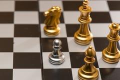 Stycken för ett schack som blir mot full uppsättning av schackstycken Royaltyfria Foton