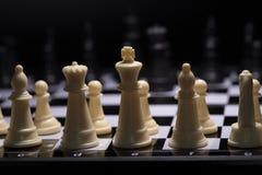 Stycken för ett schack som blir mot svarta schackstycken Arkivfoton
